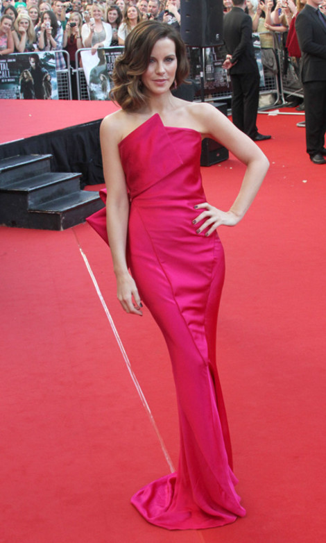 Кейт Бекинсейл в платье Donna Karan