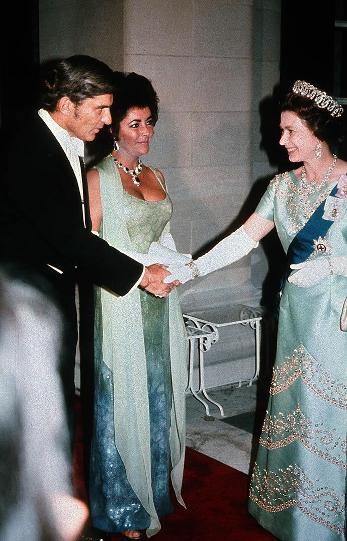 Элизабет Тейлор и Ричард Бартон на приеме у Елизаветы II, 1976 год