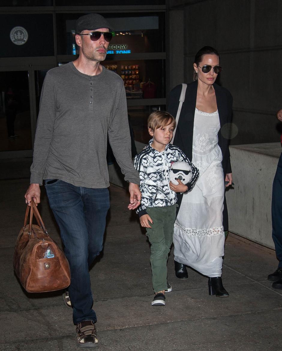 Анджелина Джоли с сыном Ноксом и братом Джеймсом Хейвеном