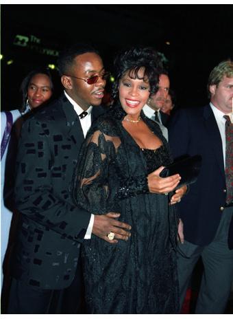 """Бобби Браун и беременная Уитни Хьюстон на премьере фильма """"Телохранитель"""" в 1993 году"""