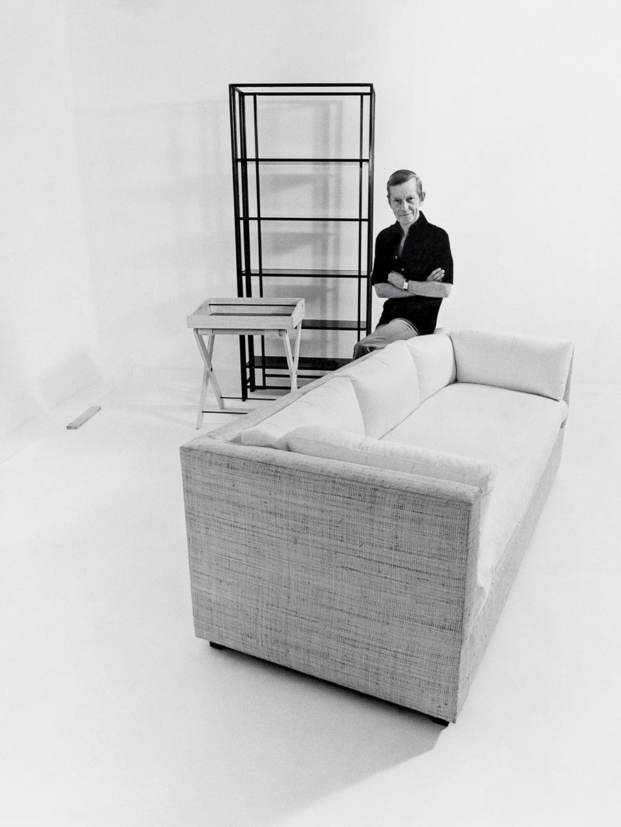 Декоратор Билли Болдуин представляет мебель, изготовленную по его эскизам, 1976 год.