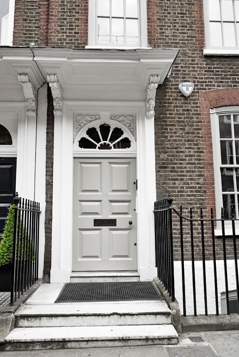 Фасад из красного кирпича с элементами декора из белого камня типичен для георгианского стиля, господствовавшего в английской архитектуре XVIII века.