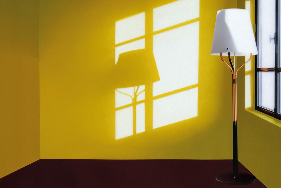 Cветильник Harnais по задумке автора — не столько осветительный прибор, сколько светящаяся скульптура для интерьера, отбрасывающая эффектные тени.