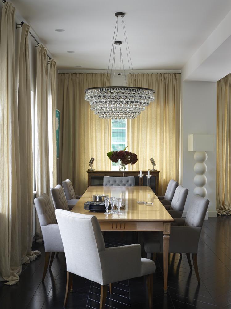 Вид на столовую из кухни. Над столом, Grange, висят две люстры, Ochre. Стулья, A.Rudin. Керамический торшер, Fdc. Буфет куплен в Нью-Йорке. Льняные шторы, Robert Allen. Дощатые полы покрашены в черный цвет.