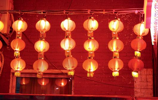 Гирлянды фонариков заменяют ресторанам вывеску