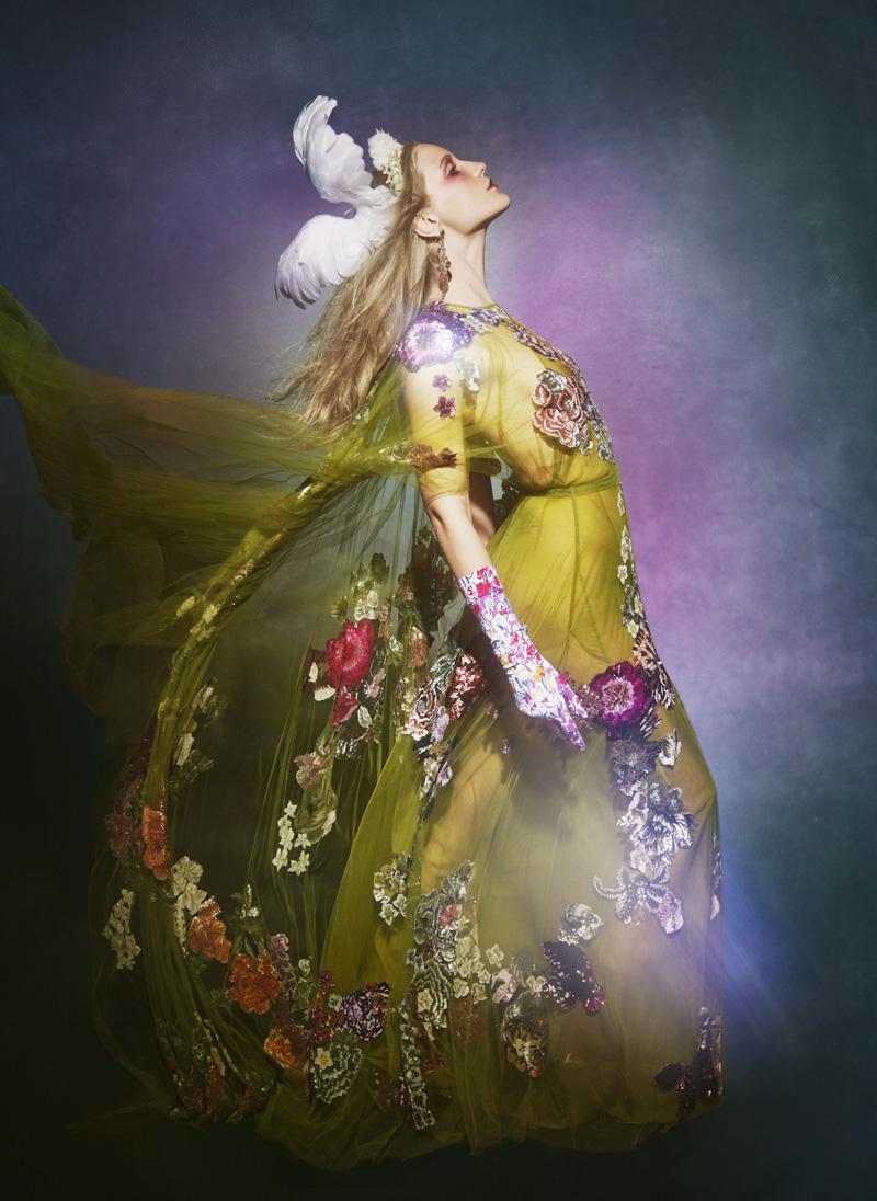 Платье из шелка и органзы, Valentino; украшение на голову из перьев, Francesco Ballestrazzi; серьги, турмалины, белое золото, H.Stern; перчатки, Cornelia James