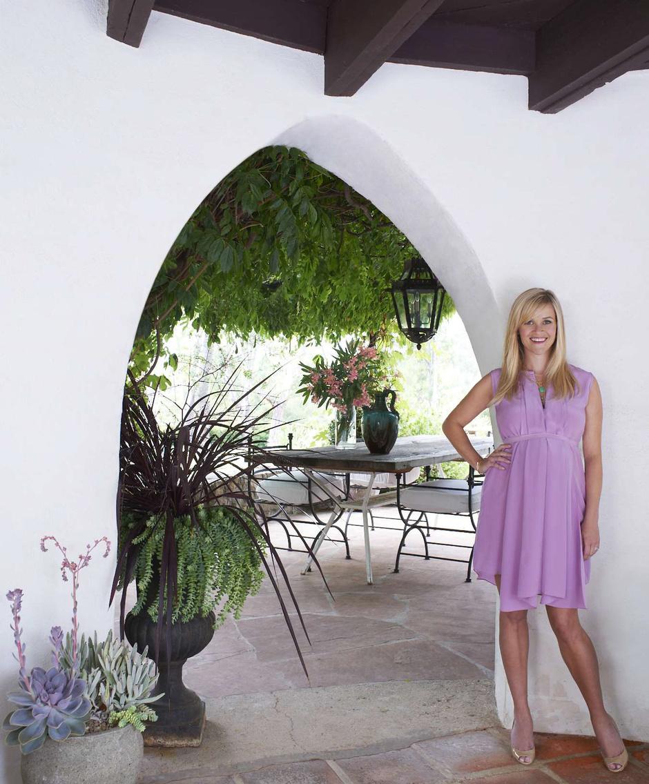 Актриса Риз Уизерспун в своем доме в городе Охай, штат Калифорния.