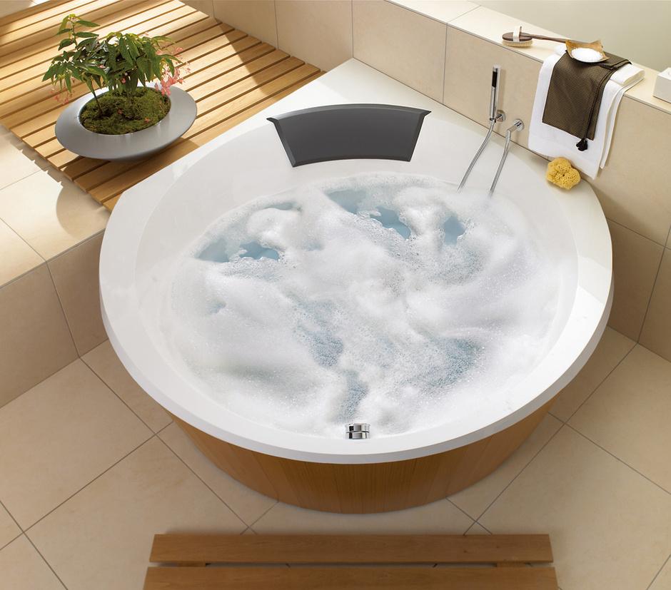Угловая ванна мини-бассейн LuXXus оснащена несколькими режимами гидромассажа. Модель изготовлена из материала Quaryl (смесь кварца и акрила). Villeroy & Boch, www.villeroy-boch.com