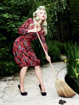 Шелковое платье с вязаными пуговицами и поясом с кисточками, туфли, все — Dior