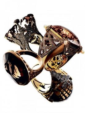 Кольцо Miss Dior,  Dior Joaillerie, белое золото, берилл, бриллианты; Кольцо  C'est Moi,  Pasquale Bruni, желтое золото,кварц, жемчуг,  бриллианты; Кольцо Arabesque, Pomellato, розовое  золото, кварц; Кольцо  Te Quiero, Carrera y Carrera, желтое  и белое золото, кварц, бриллианты