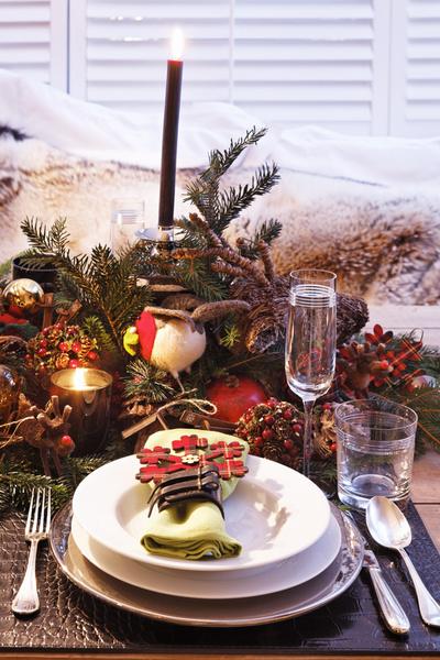 Кольца для салфеток, бокалы и кожаные салфетки под посуду, все -— Ralph Lauren Home; столовое серебро, Christofle