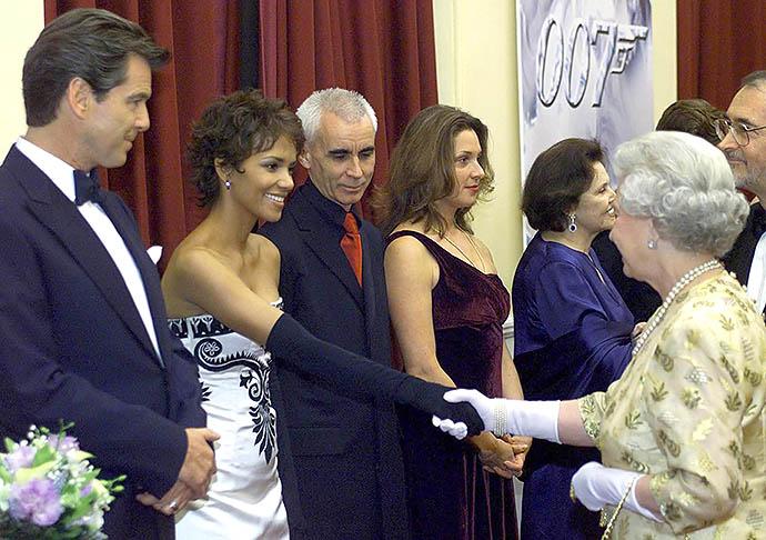 Холли Берри на приеме у Елизаветы II, 2002 год