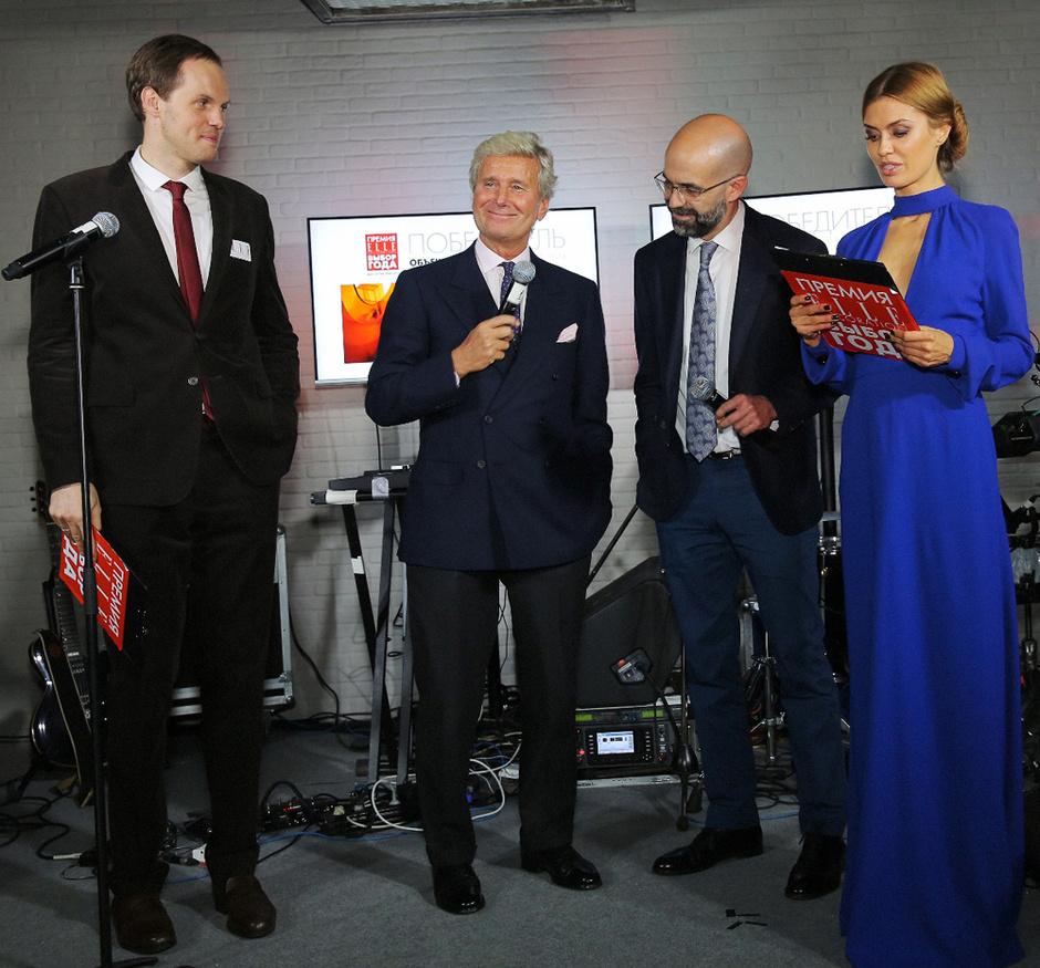 Ведущие вечера Алексей Дорожкин и Виктория Боня вручают приз президенту компании Kartell Клаудио Лути и Антонио Линаресу, главе представительства Roca Group в России