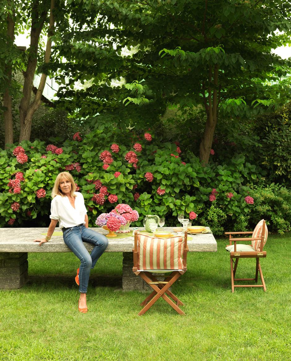 Со стороны реки растут цветы и есть густой розарий, поэтому все картины и даже вышивки в доме — на «розовую» тему. А за домом есть маленький огород с цукини и душистыми травами