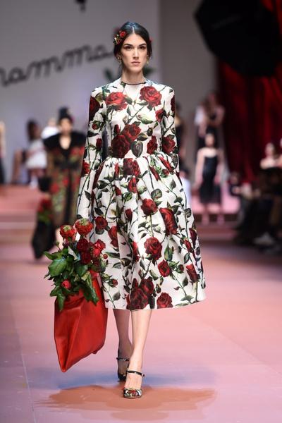 Дочки-матери: Dolce & Gabbana представили семейную коллекцию на Неделе моды в Милане | галерея [2] фото [13]