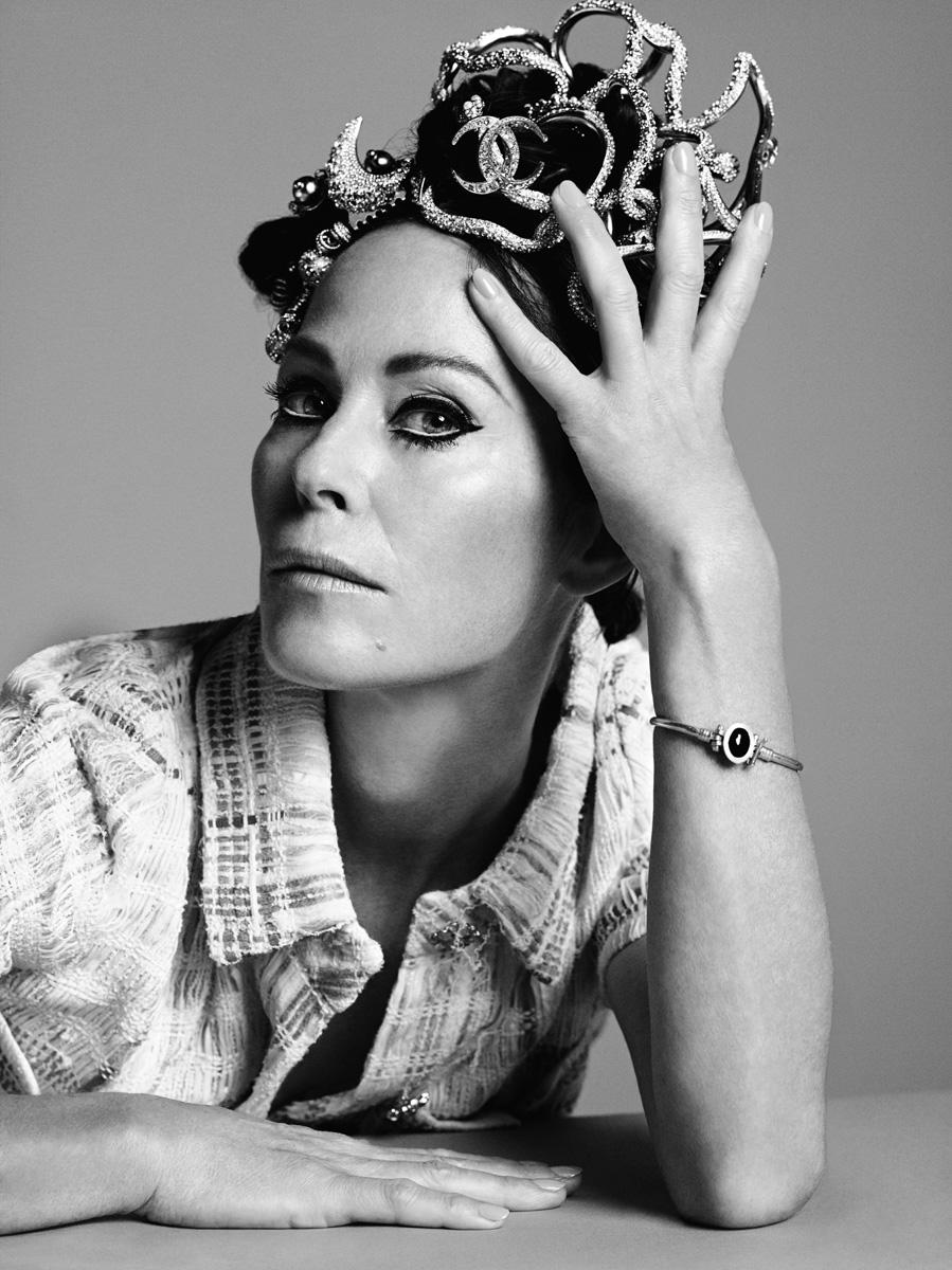 Комбинезон из твида, браслеты, заколки и серьги, надетые как украшение на голову, все — Chanel Cruise 2015; браслет, собственность Аманды (здесь и далее)