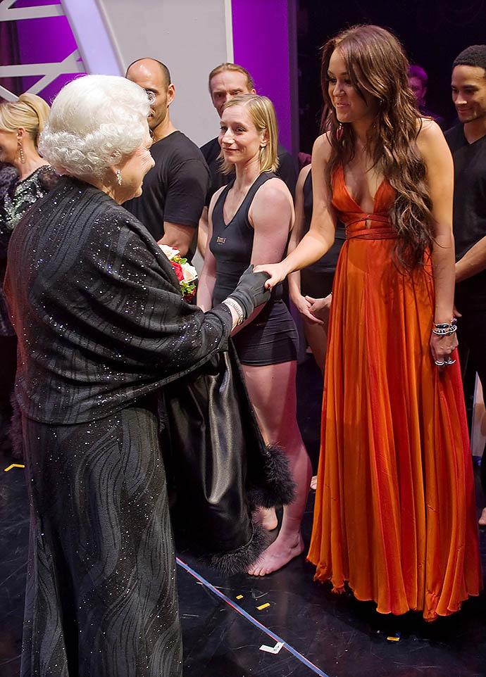 Майли Сайрус на приеме у Елизаветы II, 2009 год