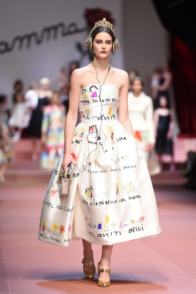 Дочки-матери: Dolce & Gabbana представили семейную коллекцию на Неделе моды в Милане | галерея [1] фото [4]