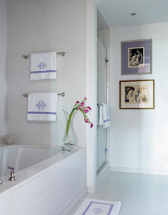 Ванная комната выдержана в тонах соседней спальни.