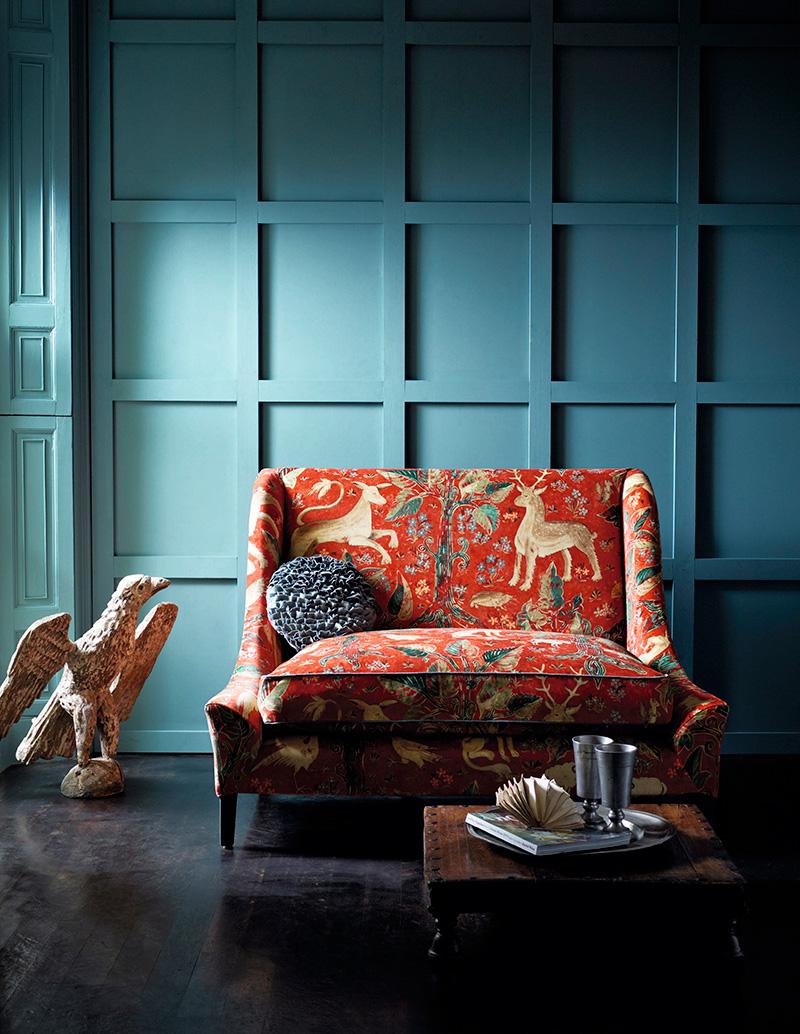 Интерьер, оформленный в стиле XVI века. Стена и раскладка из досок, имитирующая панели, выкрашены краской Prussian от Zoffany.