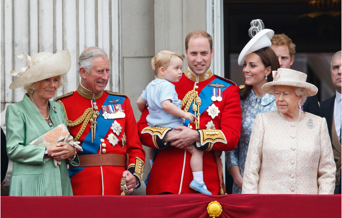 Камилла Боулз, принц Чарльз, принц Уильям с Георгом, Кейт Миддлтон и Елизавета II
