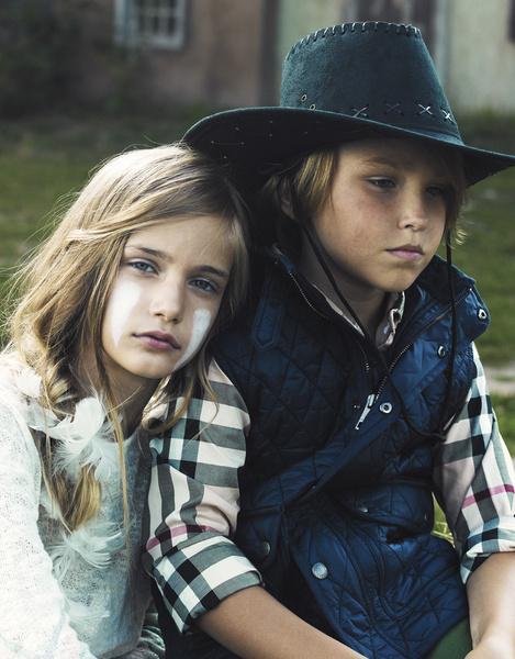 На Марте: свитер, H&M. На Васе: жилет, рубашка, все — Burberry Children