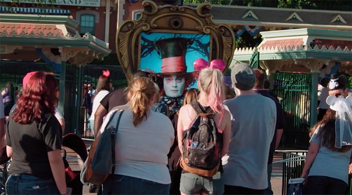 Видео дня: Джонни Депп в образе Безумного Шляпника развлекает гостей Диснейлэнда