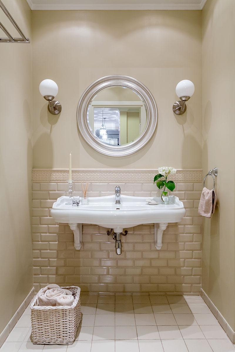 Ванная комната. Нижняя часть стены облицована плиткой, имитирующей кирпичную кладку, коллекция Rialto, Vallelunga Ceramica. Раковина, Kerasan, линия Retro.
