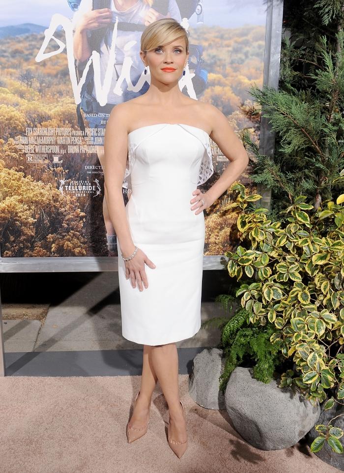 Риз Уизерспун в белом платье-бюстье