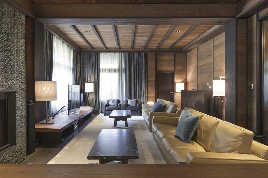 Гостиная. Кожаные диваны и кресла и столики из черного мрамора, как и вся мебель в доме, изготовлены специально для этого интерьера.