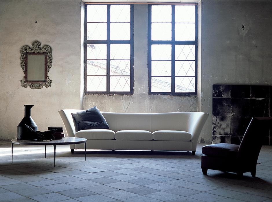Диван Flight и круглый столик Romy, дизайн Джона Хаттона, Flexform Mood.