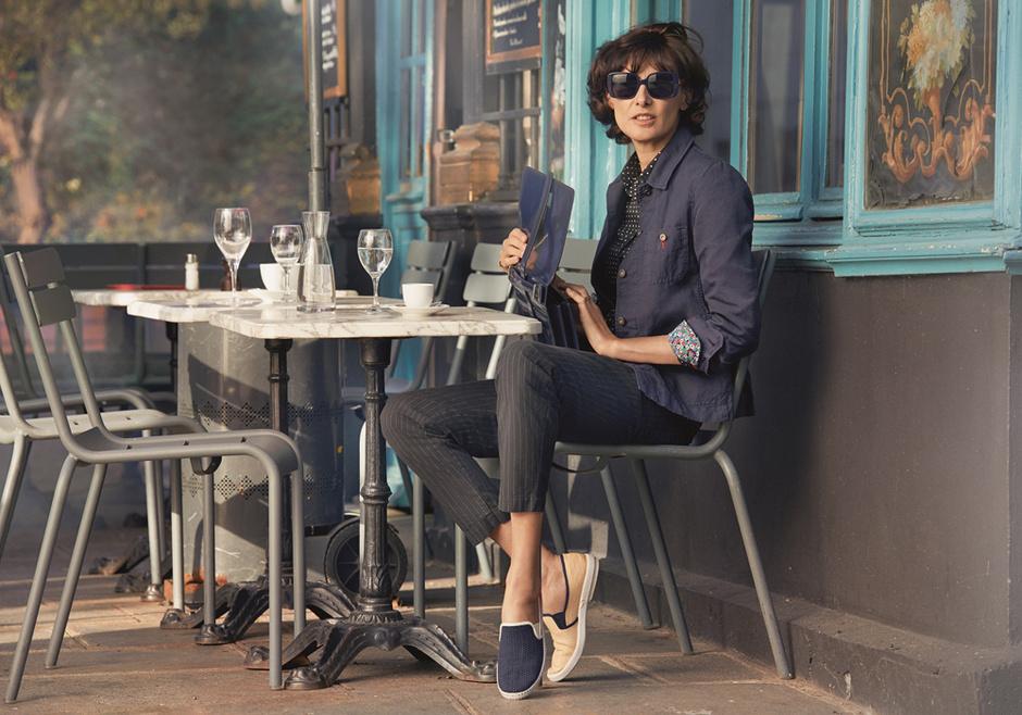 Деловой стиль: укороченные брюки, черная рубашка, синий жакет от Uniqlo