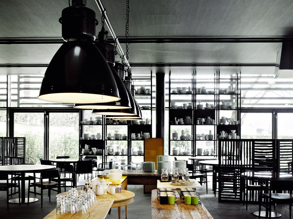 Ресторан освещается голландскими индустриальными светильниками. На металлическом стеллаже — фарфор от Richard Ginori и изделия местных мастеров.