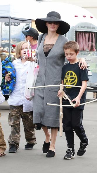 Семейный день: Анджелина Джоли с детьми посетила ярмарку в Пасадене (фото 2)