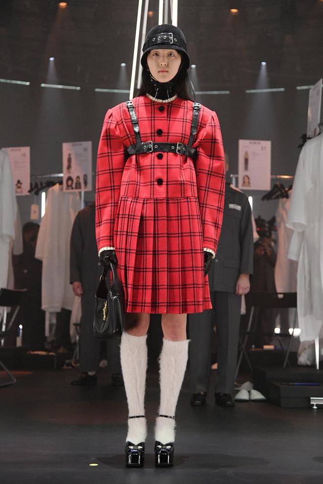 Мастера Gucci дошивали одежду прямо на показе (фото 10.1)