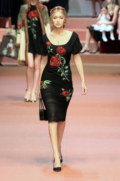 Дочки-матери: Dolce & Gabbana представили семейную коллекцию на Неделе моды в Милане | галерея [2] фото [2]