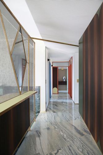 Переливы мрамора: необычный интерьер миланской квартиры (фото 3.1)