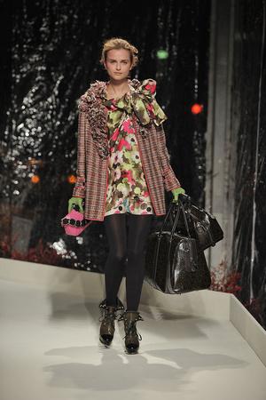 Показ Moschino Cheap & Chic коллекции сезона Осень-зима 2010-2011 года prêt-à-porter - www.elle.ru - Подиум - фото 150512