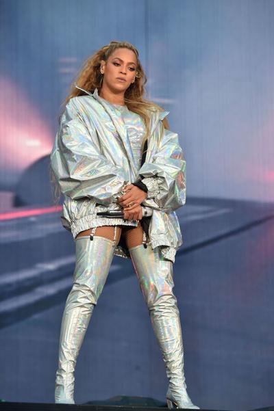 Поп-жемчужина: Бейонсе в перламутровом наряде во время выступления на OTR II (галерея 3, фото 0)