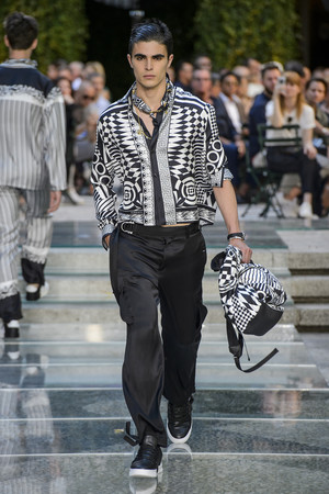 Показ Versace коллекции сезона Весна-лето 2018 года Men prêt-à-porter - www.elle.ru - Подиум - фото 622234