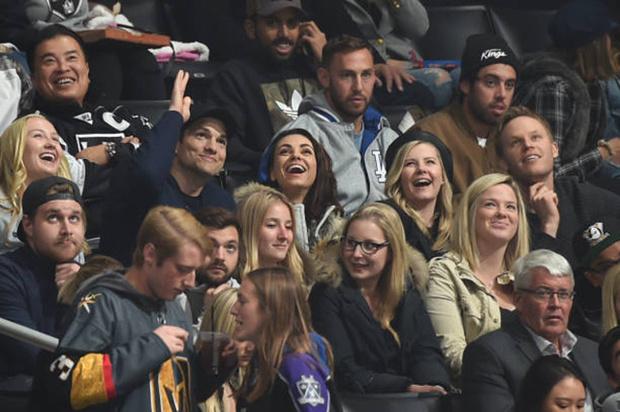 Видео дня: поцелуй Милы Кунис и Эштона Катчера на хоккейном матче (фото 1)