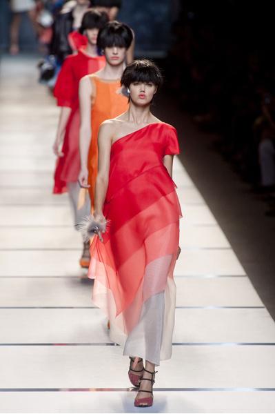 Графика и градиенты: основные тренды коллекции Fendi