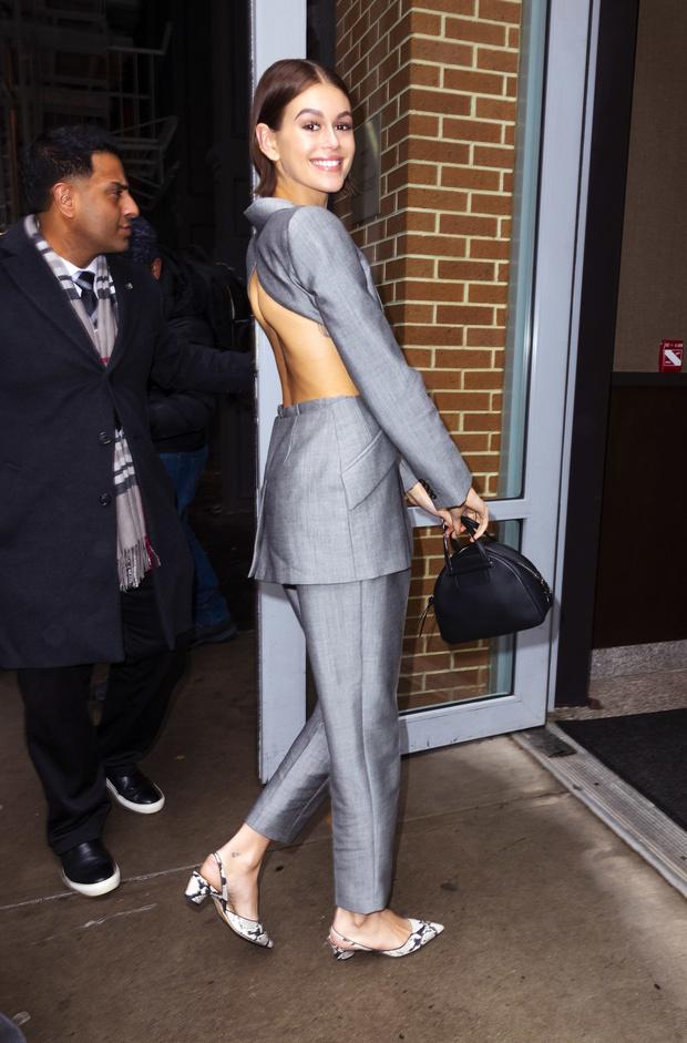 Пиджак с «голой» спиной и вырезами по бокам: Кайя Гербер в самом необычном брючном костюме (фото 3)