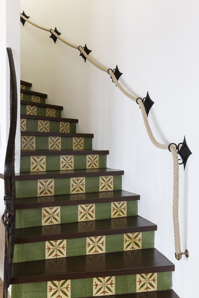Как обновить лестницу в загородном доме (фото 15)