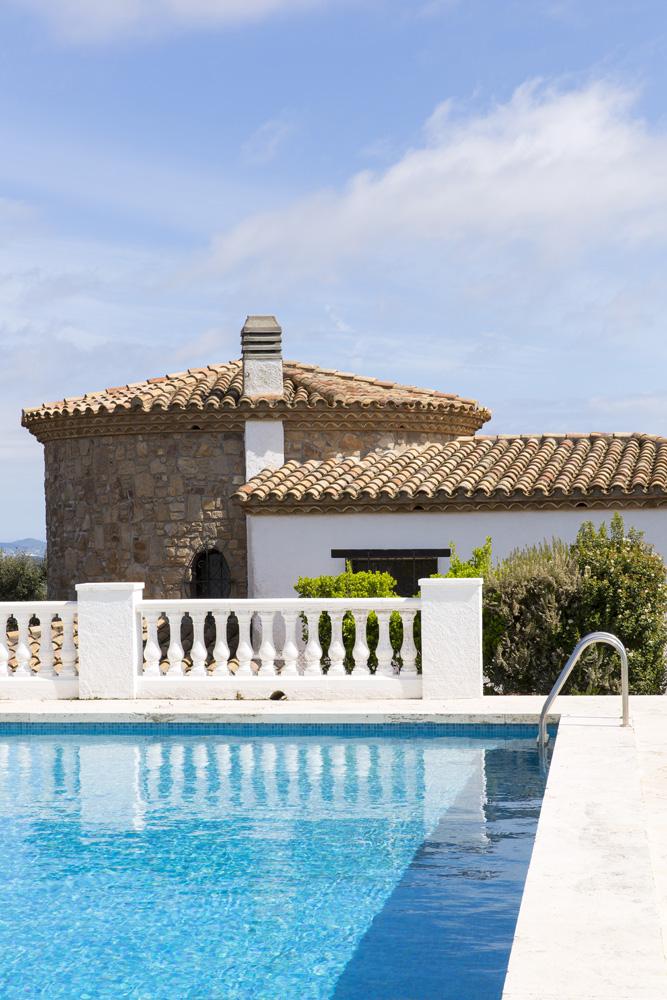 Фрагмент фасада дома и бассейн.