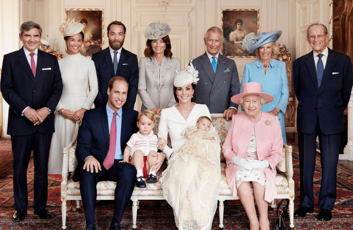 Майкл, Пиппа, Джеймс и Кэрол Миддлтон, принц Чарльз, герцогиня Камилла, принц Филипп, принц Уильям, принц Георг, принцесса Шарлотта, герцогиня Кэтрин и королева Елизавета II