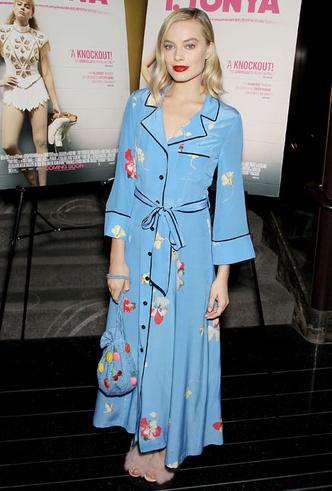 Само совершенство: Марго Робби в платье-пижаме и меховых туфлях Aquazzura (фото 3)