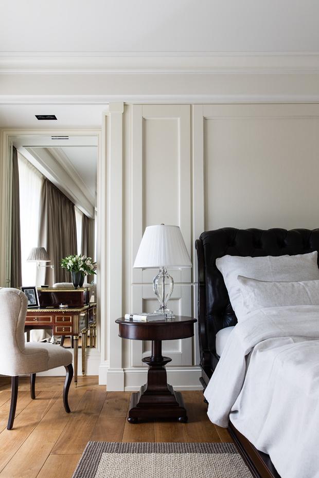 Главная спальня. Столик, кровать, прикроватная лампа, все — Ralph Lauren Home. Стул, Baker. Ан-тикварный туалетный столик привезен из Парижа. Постельное белье, Ivano Redaelli.