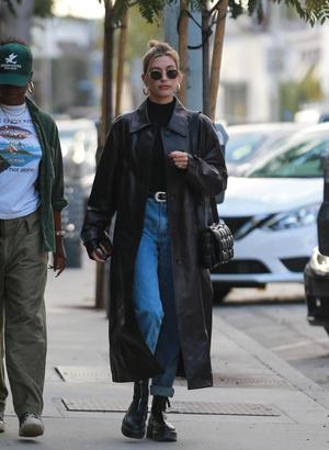 Черный плащ + самая модная сумка сезона: Хейли Бибер на ланче с подругой (фото 0.2)