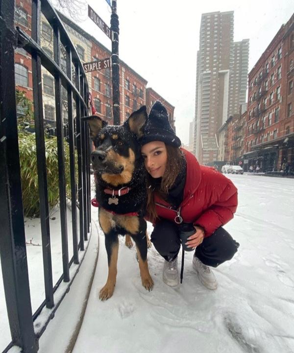 Снежные выходные влюбленных: Эмили Ратаковски с мужем на прогулке